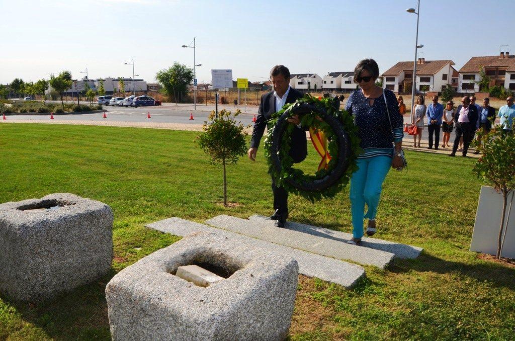 Momento de la ofrenda floral en el Monumento a las Víctimas del Terrorismo. Villanueva de la Cañada