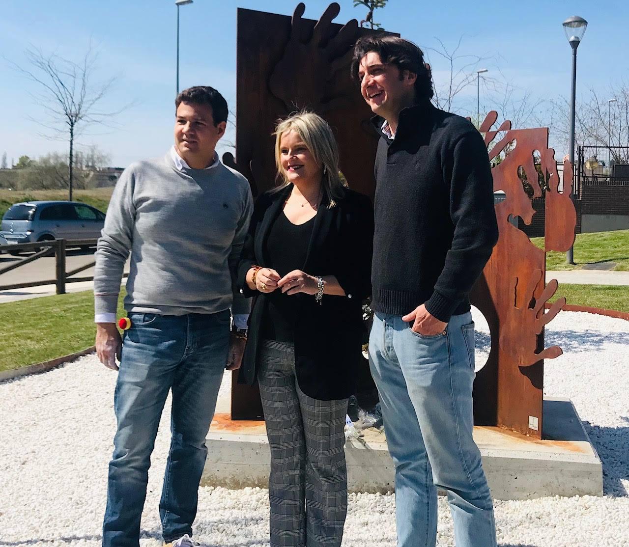 Alcalde de Las Rozas, José de Uz , presidenta de la FMAB, Marimar Blanco y escultor de la obra, Gonzalo de Salas.