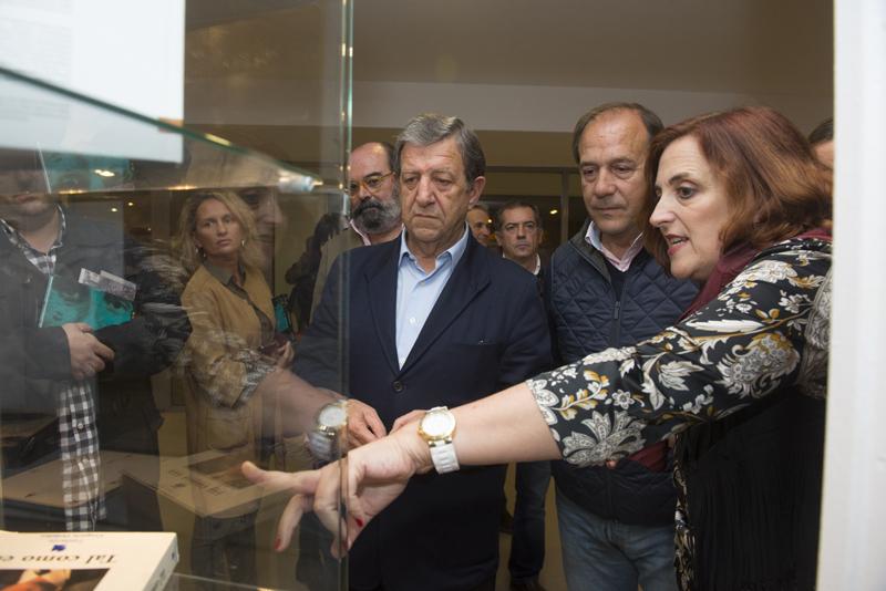 Cristina Cuesta muestra los fondos donados por la FMAB para el ESPACIO MIGUEL ÁNGEL BLANCO.