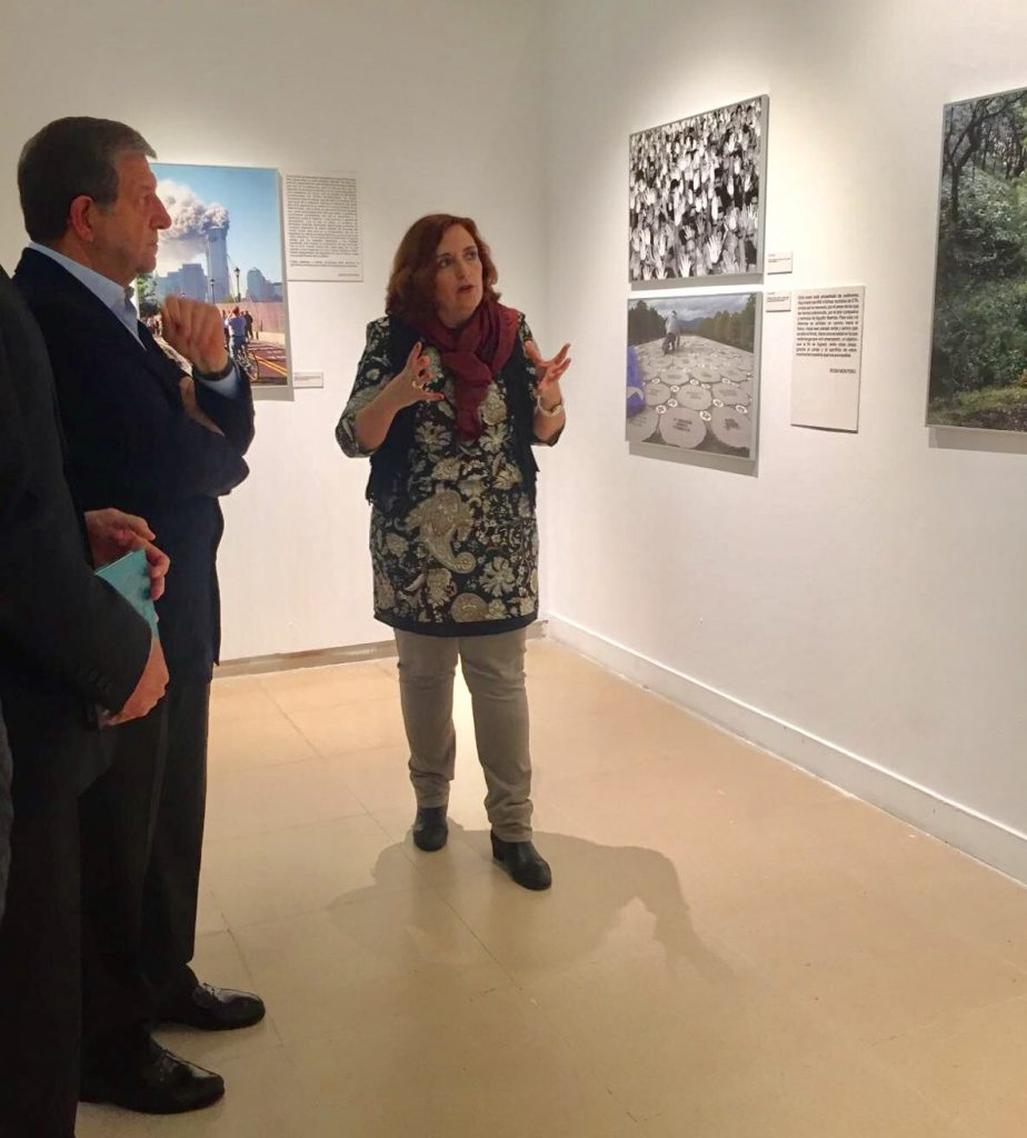 """Cristina Cuesta explicando la exposición """"En Pie de Foto""""."""