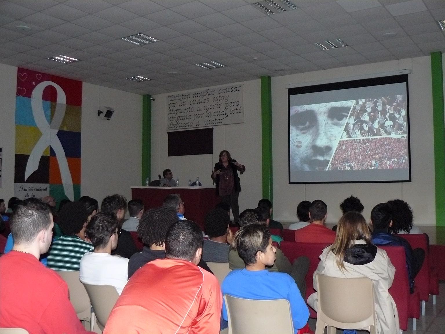 Cristina Cuesta, directora de la FMAB, ofreciendo una charla en el centro Teresa de Calcuta.