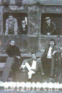 Miguel Ángel en el centro de la foto con su grupo de música Poker.