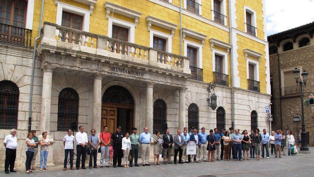 Un grupo de personas guardaron un minuto de silencio en a Miguel Ángel Blanco