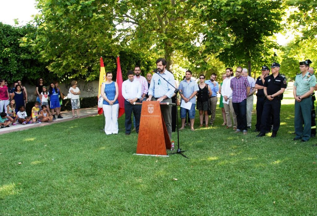 El alcalde de Valdemoro, Guillermo Grosss, leyendo el manifiesto