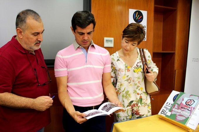 Cuenca leyendo una de la publicaciones donadas por la FMAB.
