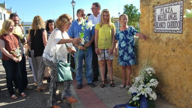 La portavoz del PP en Alcalá, Carmen Rodríguez, deja unas flores junto al nombre de Miguel Ángel Blanco.La portavoz del PP en Alcalá, Carmen Rodríguez, deja unas flores junto al nombre de Miguel Ángel Blanco.
