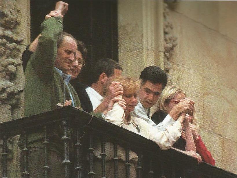 La familia de Miguel Ángel saluda desde el balcón del Ayuntamiento de Ermua tras la llegada del cortejo fúnebre. Horas antes, el alcalde Totorica, en el centro, había anunciado al pueblo que Miguel Ángel había fallecido.