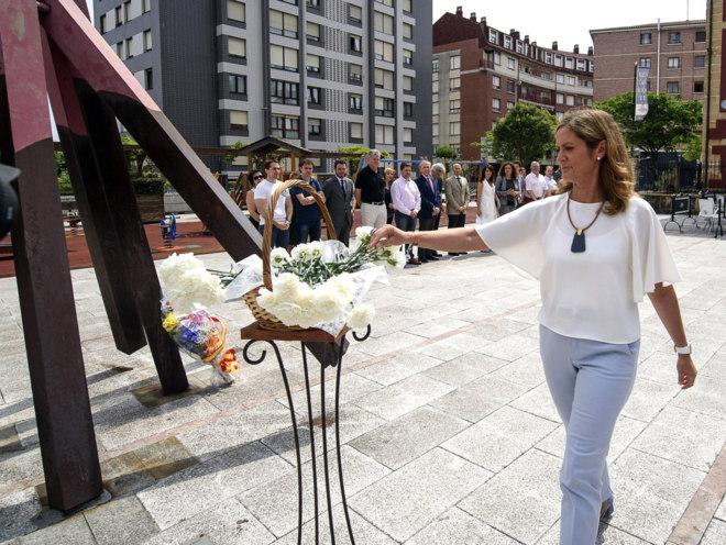La alcaldesa de Barakaldo, Amaia del Campo, en el acto de homenaje
