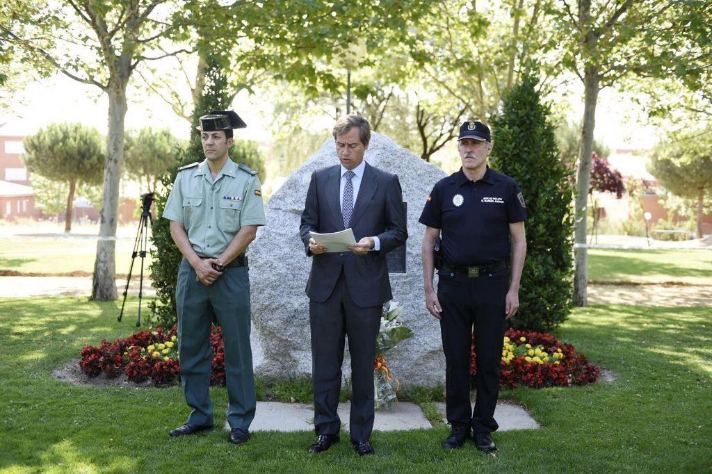 El alcalde de Boadilla del Monte, Antonio González Terol, acompañado de miembros de la Guardia Civil y Policía Local.