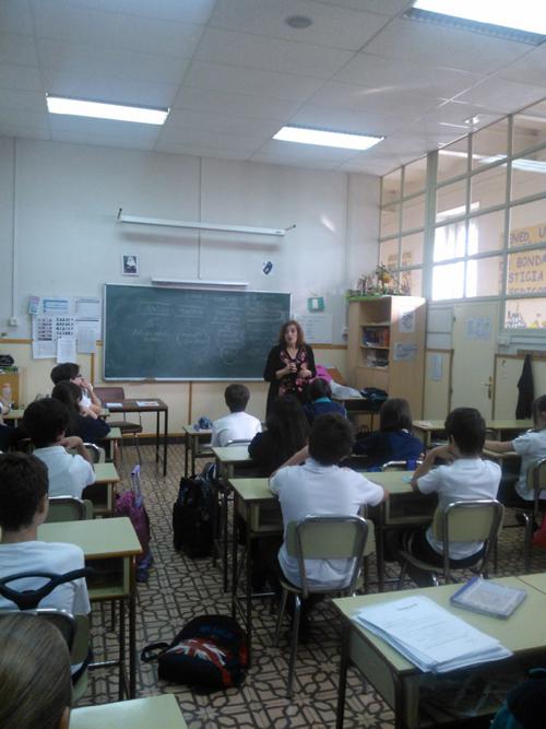 Cristina Cuesta dando una charla a alumnos del Colegio Santa Isabel.