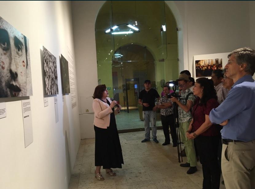 Cristina Cuesta, directora de la FMAB y Comisaria de la exposición, realizando un pase guiado.
