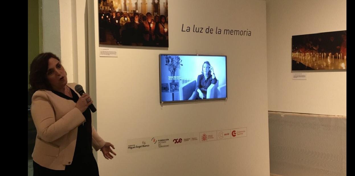 Cristina Cuesta, directora de la FMAB y Comisaria de la exposición, durante el visionado de un vídeo con declaraciones de víctimas del terrorismo, que se presentó en la inauguración de la muestra.