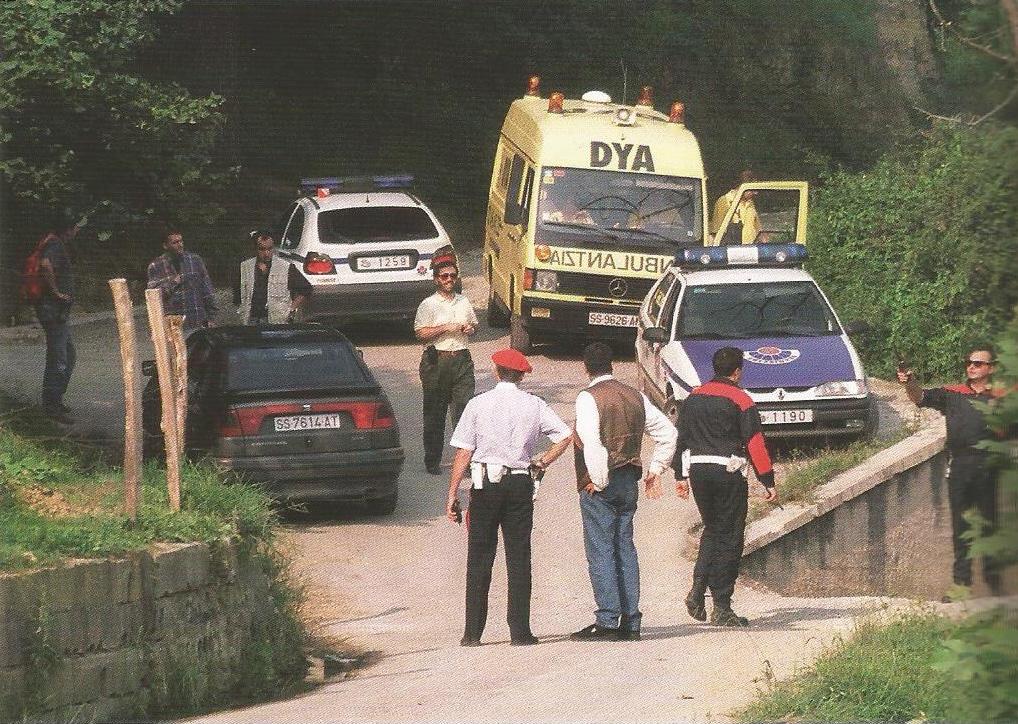 El dispositivo policial cerca del lugar donde apareció tiroteado Miguel Ángel, a pocos kilómetros de Lasarte. Consuelo, la madre, no se sintió con fuerza para ir allí hasta meses después.
