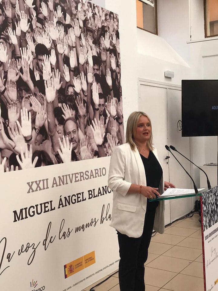 Marimar Blanco, presidenta de la FMAB, explicando la muestra