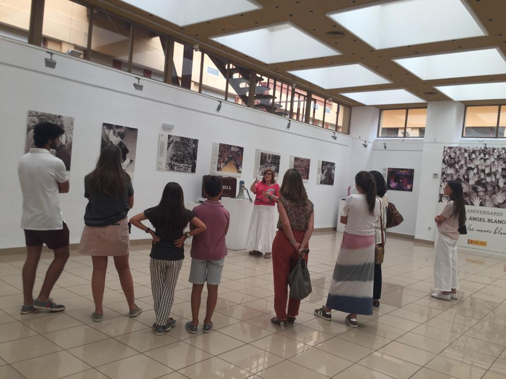 Cristina Cuesta, directora de la FMAB, realizando un pase guiado de la exposición