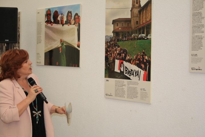 Cristina Cuesta, directora de la FMAB, explicando la exposición el día de su presentación