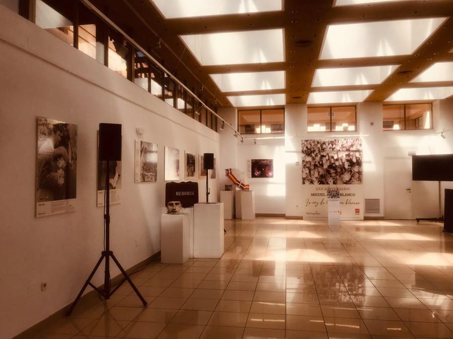 La Exposición La Voz de a Manos Blanca se presentó en la sala de exposiciones del Centro cultural Nicolás Salmerón