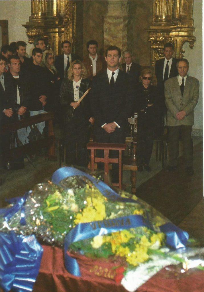 Funeral en la parroquia de Santiago Apóstol de Ermua, con el príncipe presidiendo el acto. Miguel Ángel, muy creyente, solía acudir a esta iglesia con frecuencia; en ella hizo la comunión y se habría casado con su novia Mar.