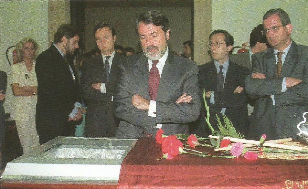 Jaime Mayor Oreja, entonces ministro de Interior, tuvo que enterrar a numerosos compañeros asesinados por Eta. Un día antes, la portavoz de la familia le acusó en el hospital de no haber hecho suficiente para liberar al concejal.