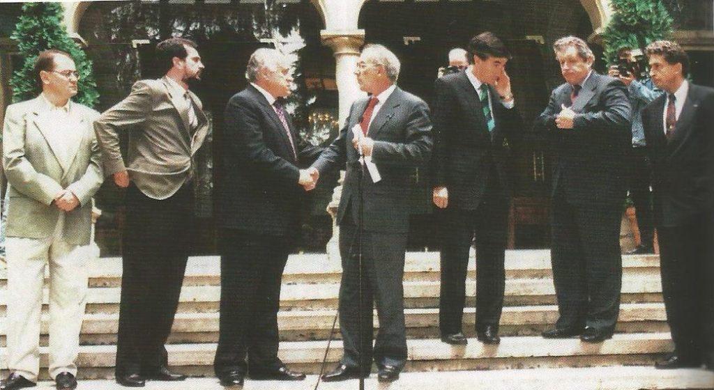 La Mesa de Ajuria Enea se reunió varias veces durante el secuestro y tras el asesinato. En el primer encuentro, Arzalluz (en la foto saludando a Ardanza) comentó que Miguel Ángel estaba en manos de los más duros.