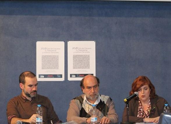 Gaizka Fernández Soldevilla, responsable del área de Archivo, Investigación y Documentación del Centro Memorial de las Víctimas del Terrorismo, Felipe Hernández Cava, guionista, y Cristina Cuesta, directora de la FMAB, durante la presentación.