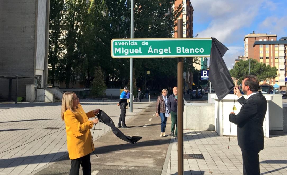 Marimar Blanco y el alcalde de Valladolid, Óscar Puente, durante la inauguración de la placa de la Avenida Miguel Ángel Blanco.